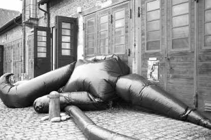 "Wiblingen, Klosterparkplatz: ""Clown"", 2016, 12m lang, Plastikfolie, Klebeband, Lüfter, Autobatterie, elektronische Steuerung"