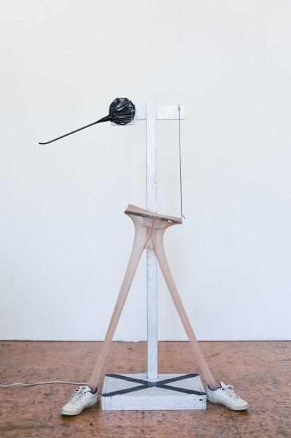 ohne Titel, 2016, Höhe ca. 150 cm, Seidenstrumpfhose, Schuhe, Holz, Lack, Klebeband, schwarze Folie, Feder, Draht, Elektromotor, Metall