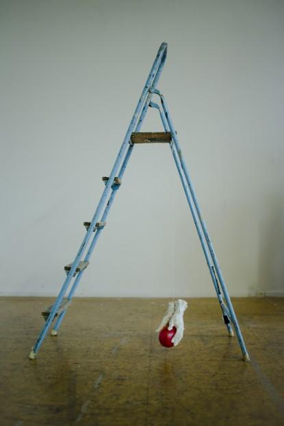 o.T. (Leiter), 2017, Höhe, ca. 170cm, Leiter, Keramik, Schnur, Luftballon